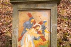10 Kalwaria w Pławnej - Jezus pierwszy raz upada pod krzyżem
