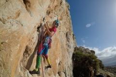 Klientka w czasie wspinaczki na obozie wspinaczkowym na Sycylii.