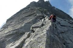W czasie wspinaczki 1000 m filarem północnym na Piz Badile w Alpach szwajcarskich.