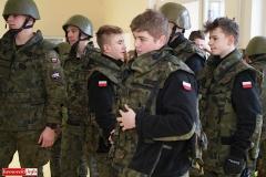 Uczniowie klas mundurowych z nowym sprzętem 1