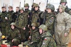 Uczniowie klas mundurowych z nowym sprzętem 4