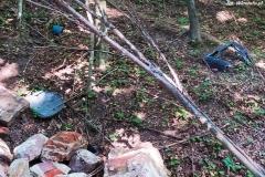 Gruz i śmieci w lesie w Bystrzycy 02
